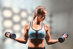 Immagine composita delle teste di legno di sollevamento della donna sportiva Fotografia Stock