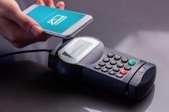 Immagine composita dello schermo mobile che mostra pagamento riuscito illustrazione vettoriale