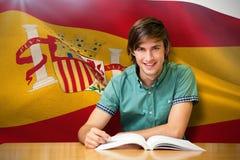 Immagine composita dello studente che si siede nella lettura delle biblioteche Immagini Stock Libere da Diritti