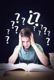 Immagine composita dello studente che si siede nella lettura delle biblioteche Fotografia Stock Libera da Diritti