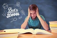 Immagine composita dello studente che si siede nella lettura delle biblioteche Fotografia Stock