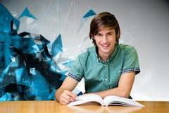 Immagine composita dello studente che si siede nella lettura delle biblioteche Fotografie Stock Libere da Diritti