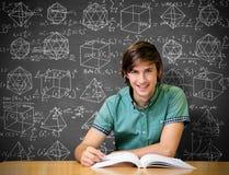 Immagine composita dello studente che si siede nella lettura delle biblioteche Fotografie Stock