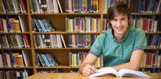 Immagine composita dello studente che si siede nella lettura delle biblioteche Immagine Stock Libera da Diritti