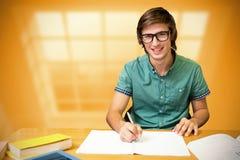 Immagine composita dello studente che si siede nella scrittura delle biblioteche Immagini Stock