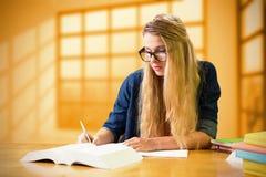 Immagine composita dello studente che studia nella biblioteca Fotografia Stock