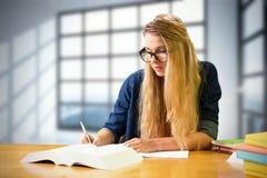 Immagine composita dello studente che studia nella biblioteca Immagini Stock