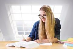 Immagine composita dello studente che studia nella biblioteca Immagine Stock
