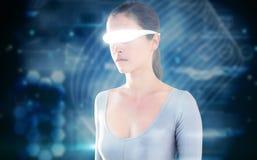 Immagine composita di bella donna che usando i video vetri virtuali Fotografie Stock Libere da Diritti