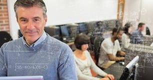 Immagine composita di Digital dell'equazione di per la matematica con la gente di affari sorridente in ufficio Immagini Stock Libere da Diritti