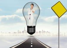 Immagine composita di Digital della donna di affari sorridente in lampadina sopra la strada dall'insegna Immagini Stock