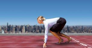 Immagine composita di Digital della donna di affari sulla linea di partenza di piste di corsa in città contro il cielo fotografia stock
