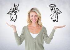 Immagine composita di Digital della donna sorridente con l'angelo e del diavolo sulla sua mano fotografia stock