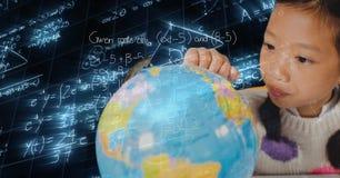 Immagine composita di Digital della ragazza che esamina globo sopra le equazioni di per la matematica Immagine Stock