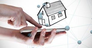 Immagine composita di Digital delle mani che tengono Smart Phone con il simbolo domestico e che collegano i punti Immagini Stock Libere da Diritti