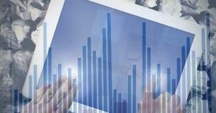 Immagine composita di Digital delle mani facendo uso del computer della compressa con l'istogramma in priorità alta Fotografia Stock