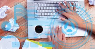 Immagine composita di Digital delle mani facendo uso del computer portatile sulla tavola di legno Fotografie Stock Libere da Diritti