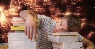 Immagine composita di Digital dello studente stanco che dorme sui libri circondati con le equazioni Fotografia Stock