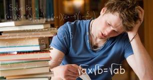 Immagine composita di Digital di varie equazioni di per la matematica dagli studenti di college tesi che studiano alla tavola in  Immagini Stock Libere da Diritti