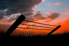 Immagine composita di filo spinato e del recinto di chainlink piegati contro fondo bianco 3d Fotografia Stock Libera da Diritti