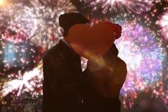 Immagine composita di giovane carta felice di forma del cuore della tenuta delle coppie Immagine Stock Libera da Diritti