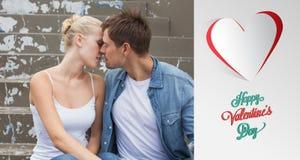 Immagine composita di giovani coppie dell'anca che si siedono sul baciare di punti Immagini Stock Libere da Diritti