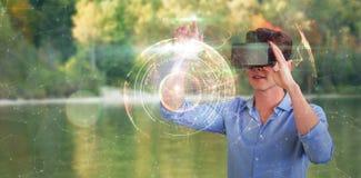 Immagine composita di integrale dell'uomo d'affari facendo uso del simulatore di realtà virtuale Fotografia Stock Libera da Diritti