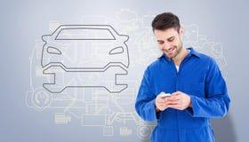 Immagine composita di invio di messaggi di testo maschio del meccanico tramite il telefono cellulare Immagine Stock Libera da Diritti