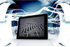 Immagine composita di labirinto sullo schermo della compressa Fotografia Stock