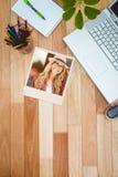 Immagine composita di posa bionda sorridente splendida dei pantaloni a vita bassa Fotografie Stock