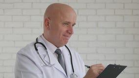 Immagine con il dottore sicuro Writing una prescrizione medica fotografia stock
