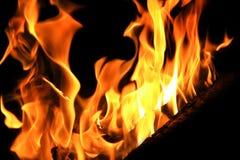 Immagine con la fiamma rossa sui precedenti neri Fotografia Stock Libera da Diritti