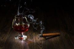 Vetro del cognac e sigar fotografie stock libere da diritti