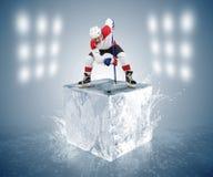 Immagine concettuale del gioco di hockey. Giocatore del fronte-fuori sul cubetto di ghiaccio Fotografie Stock Libere da Diritti