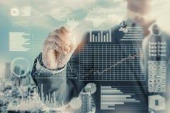 Immagine concettuale dell'uomo di affari con collegamento sociale, affare online di tecnologia di rete fotografie stock