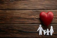 Immagine concettuale della catena di carta nella forma di famiglia accessori di insuarance di salute fotografia stock