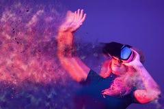 Immagine concettuale della donna che indossa la cuffia avricolare di VR Fotografia Stock