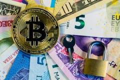Immagine concettuale di internazionalismo e di sicurezza del bitcoin Bitcoin fisico della moneta sulle banconote dei paesi differ Fotografie Stock