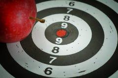 Immagine concettuale di un bordo dell'obiettivo con la mela immagine stock libera da diritti
