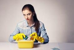 Immagine concettuale su cui i soldi ombreggiati del lavare della donna fotografia stock