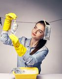 Immagine concettuale su cui i soldi ombreggiati del lavare della donna fotografia stock libera da diritti