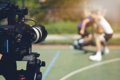 Immagine confusa della fucilazione di film o del gruppo video delle troupe cinematografica e di produzione immagini stock