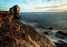 Immagine costiera britannica strabiliante che mostra i mari nebbiosi che si schiantano contro le rocce fotografia stock libera da diritti