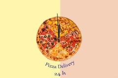 Immagine creativa della pizza sotto forma di orologio con le frecce su un bello fondo luminoso consegna 24 ore di iscrizione Fotografia Stock