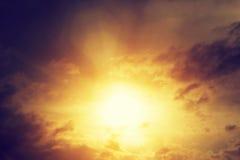 Immagine d'annata del cielo di tramonto con le nuvole drammatiche scure Fondo Fotografie Stock Libere da Diritti