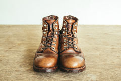 Immagine d'annata di stile con gli stivali di sicurezza e gli stivali industriali Fotografie Stock Libere da Diritti