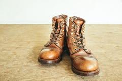 Immagine d'annata di stile con gli stivali di sicurezza e gli stivali industriali Fotografia Stock