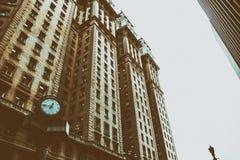 Immagine d'annata di stile di vecchia costruzione di affari dentro in città Immagini Stock