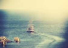 Immagine d'annata di vecchia nave di navigazione che lascia porto Fotografia Stock Libera da Diritti