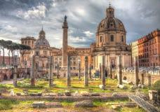 Immagine d'annata Grungy della colonna e della cattedrale di Traiano su Piazz Immagine Stock Libera da Diritti